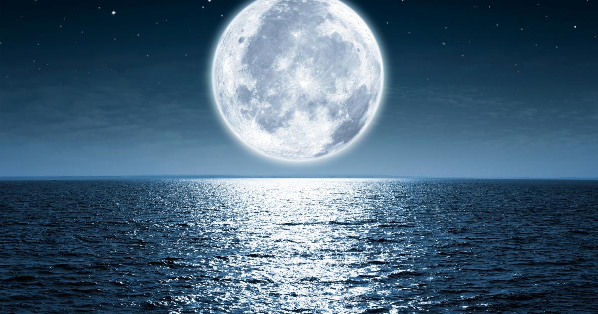 تعرف على علاقة القمر بالنوم .. باحثون يكشفون عن تأثير دورته على ساعات نوم الإنسان